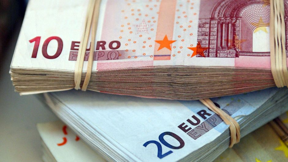 The euro fails to capitalize on positive news as the dollar remains bid