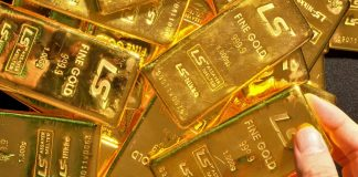 Gold prices trim losses but risks persist